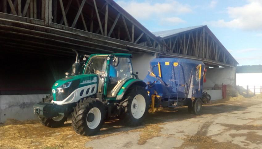 Práce traktoru Arbos a krmného vozu Cernin na Beckově